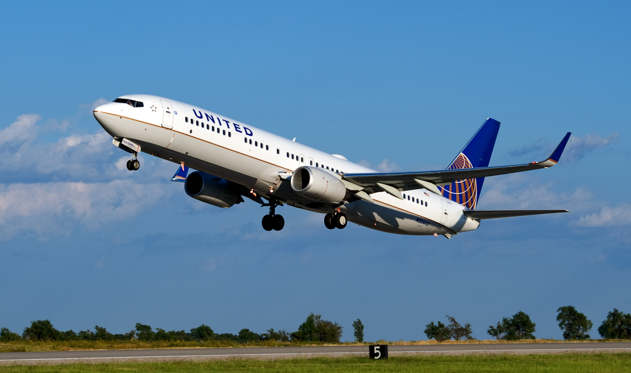 GE Plans More Aerospace Cuts, United Signals A Warning
